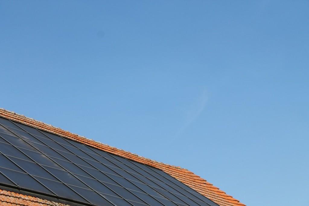ein Blick auf das Solardach.  Wir heizen seit 2006 zu 100% mit Sonnenkraft und Holz.