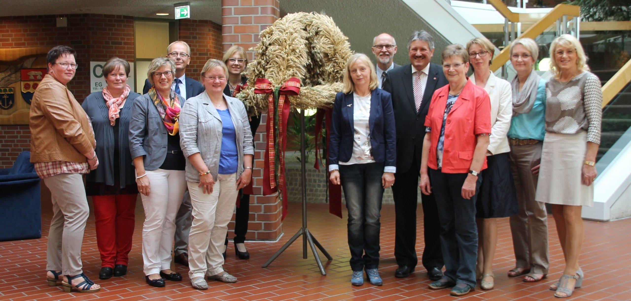 Gemeinsam mit den Dezernenten der Kreisverwaltung nahm Landrat Reinhard Winter die Erntekrone der Landfrauen entgegen (c) Süd-Ems-Media