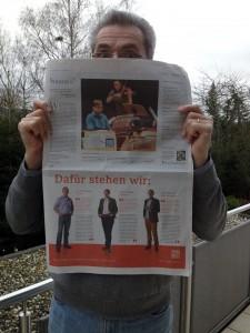 Thomas Wengenroth (stallbesuch.de) hält die gedruckte ZEIT in den Händen