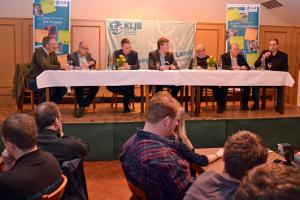 Bernhard Barkmann (rechts) sprach den vielen anwesenden Landwirten bei dem Podiumsgespräch aus der Seele (c) Knoll, VEL