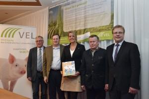 Wünschen sich mehr Wertschätzung für die moderne Landwirtschaft: Norbert Meyerdirks, Bernard Krone, Christina Schulze-Föcking, Gerhard Wintering und Hermann Hermeling (v.l.n.r.).  (c) Knoll, VEL