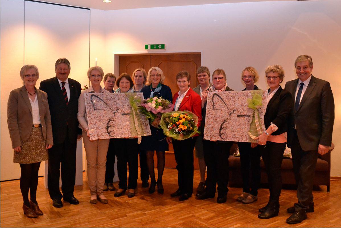 Lob und Dank an Maria Hermeling und Anni Barkmann (Mitte) von den Lingener Landfrauen sowie Agnes Witschen (1.v.l.), Landrat Reinhard Winter (2.v.l.) und Hermann Wester (r.). Foto: Knoll, VEL