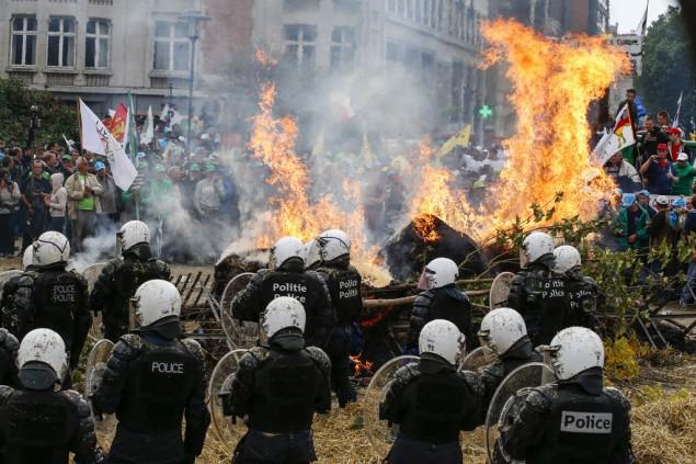 Quelle: http://brf.be/national/922917/ Vier Polizisten bei Bauerndemo verletzt