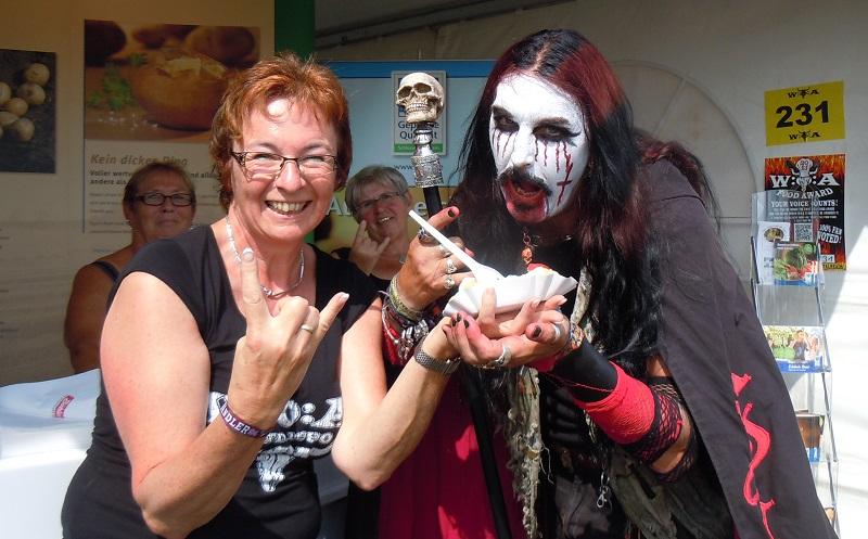Landfrau Anke Mehrens posiert mit einem hungrigen Festivalbesucher, Foto: (c) Anke Mehrens