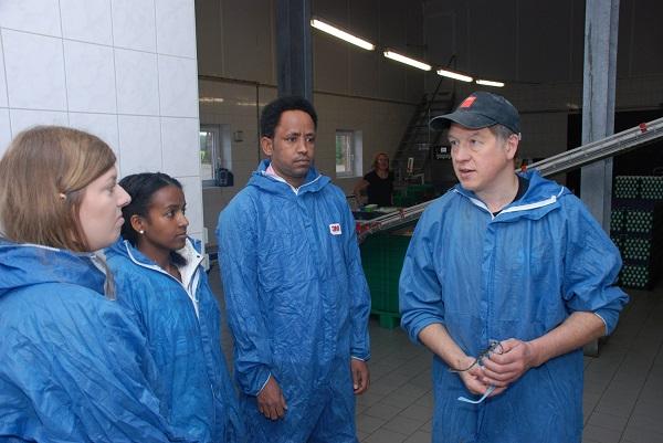 Betriebsleiter Friedrich Busmann erläutert den Gästen seine Stallanlage