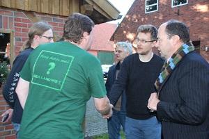 Martin Rücker und weitere Vertreter von Foodwatch im Gespräch mit Landwirten Ostendorf und Barkmann