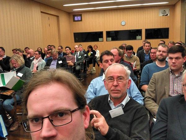 Im Bild ist Bauer Willi (Dr. Will Kremer-Schillings zu sehen. Im Vordergrund Bernhard Barkmann