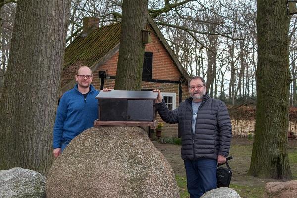 Johannes Krane und Thomas Weber präsentieren einen Falkenkasten
