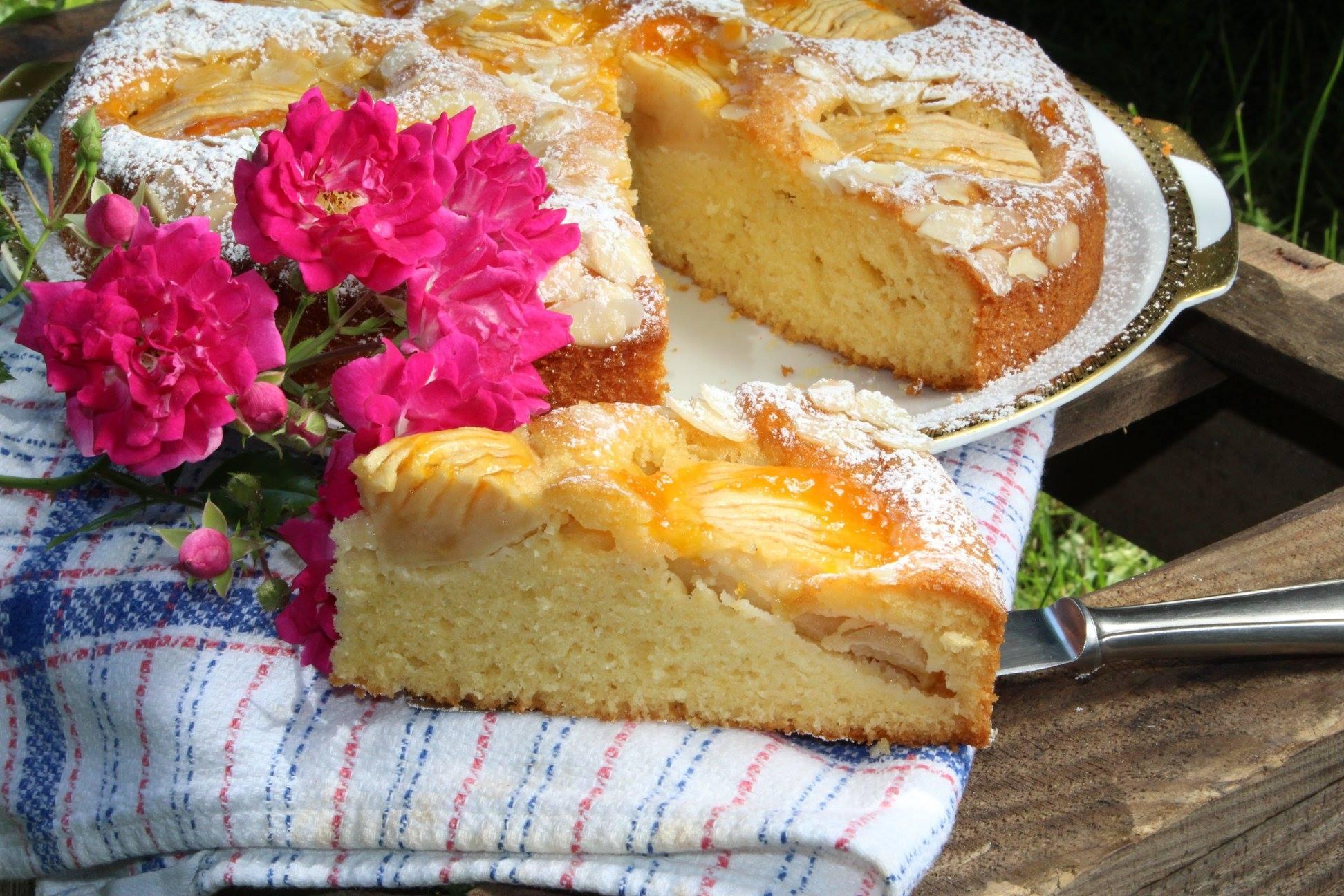 Da läuft einem das Wasser im Mund zusammen: selbstgebackener Apfelkuchen. fotografiert für das Kochbuch, blumig verziert.