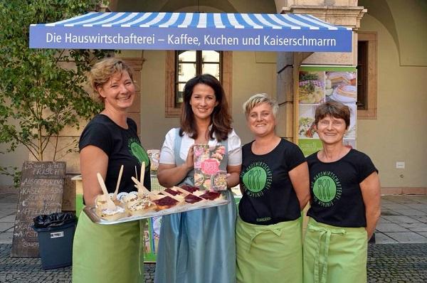 Das Team der Hauswirtschafterei im Bild mit der bayrischen Landwirtschaftsministerin Kaniber