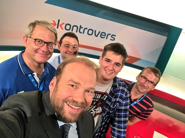Selfie im Studio mit Moderator Andreas Bachmann, Gerhard Langreiter und drei weiteren Bürgern, die mitmischen durften