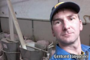 Selbstablichtung von Gerhard Langreiter im Schweinestall