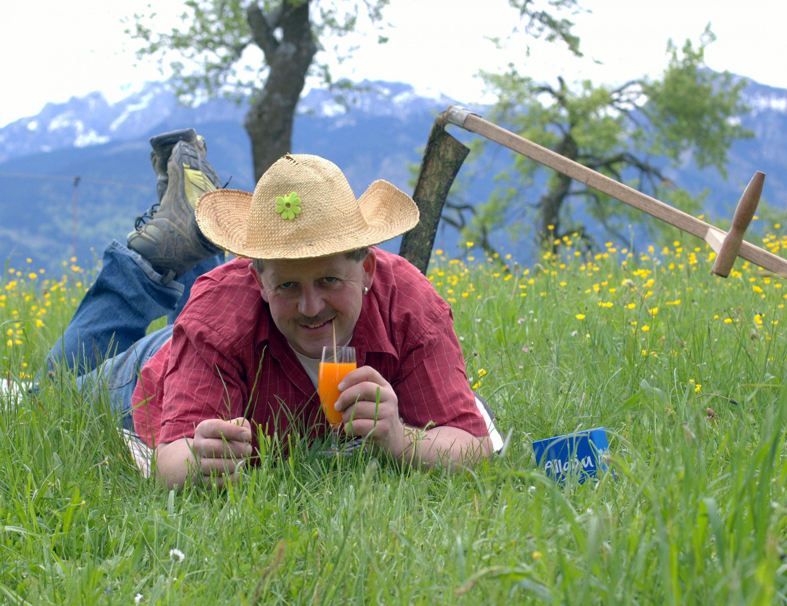 Franz Kinker liegt im Gras