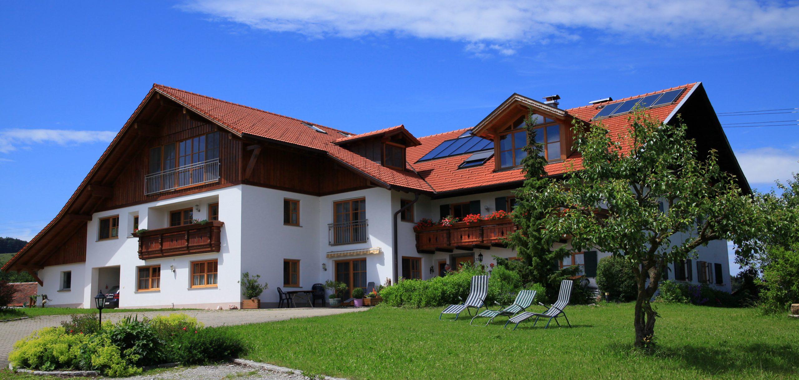 das Bauernhaus der Familie Kinker ist typisch Allgäu. Fügt sich wunderbar in die Landschaft hinein.