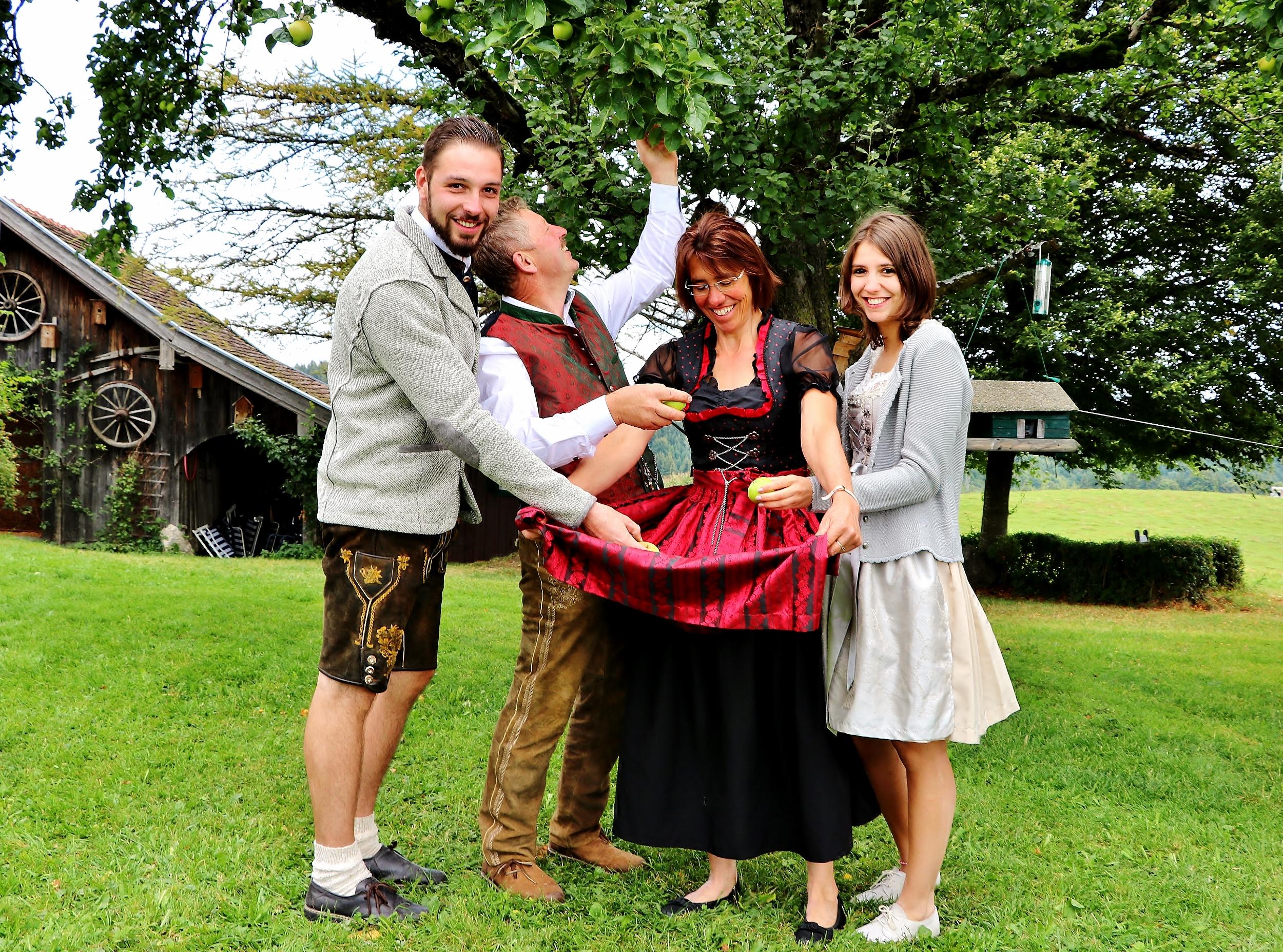 Franz und Irmgard Kinker mit Tochter und Sohn in traditionellen Kleidern