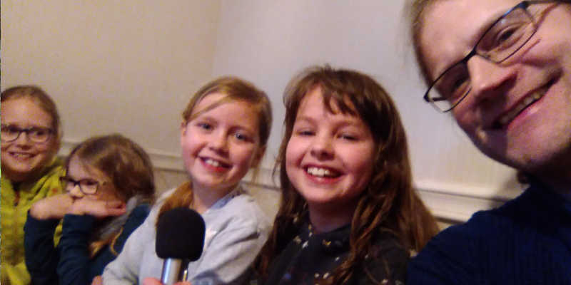 kleines Selfie mit Grundschülerinnen