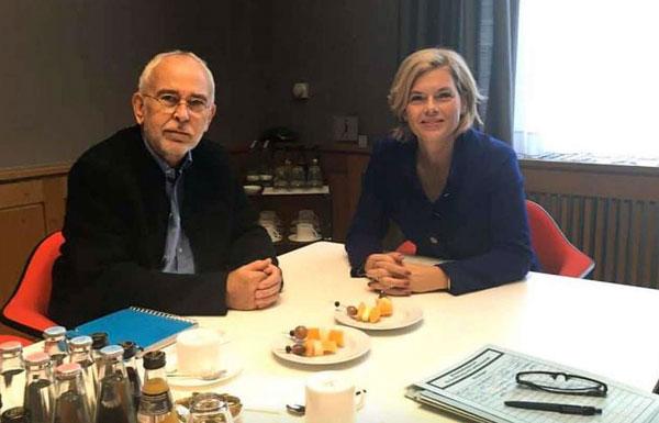 Bauer Willi und Julia Klöckner sitzen an einem Tisch