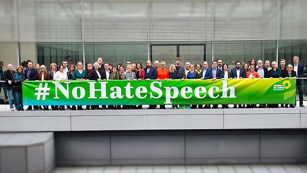 Grüne-Politiker halten No Hate Speech-Bande hoch