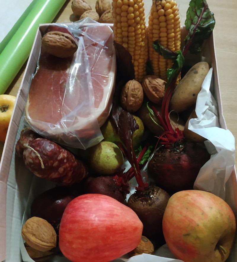Ein Blick in das Agrarpaket mit Rotkohl, Mettwurst, Schinken, Äpfeln, Maiskolben, Kartoffeln und Walnüssen