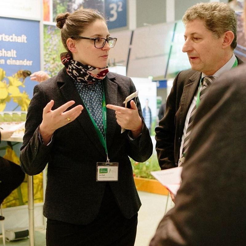 Im Bild ist eine diskutierende Lea Fließ vom Forum Moderne Landwirtschaft zu sehen