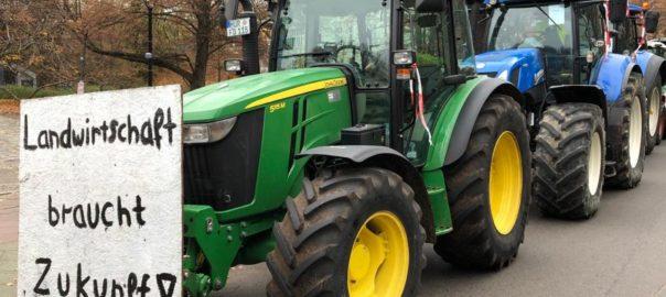 Trecker mit Schild: Landwirtschaft braucht Zukunft