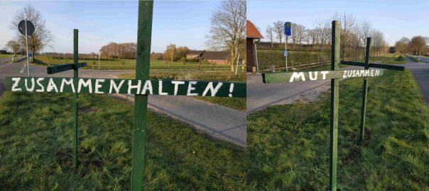 grüne Kreuze an einer Hauptstrasse. Beschriftet mit Mut, Zusammen und zusammenhalten!