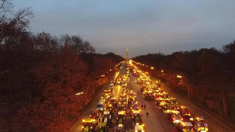 Treckendem in Berlin mit Blick auf die Siegessäule