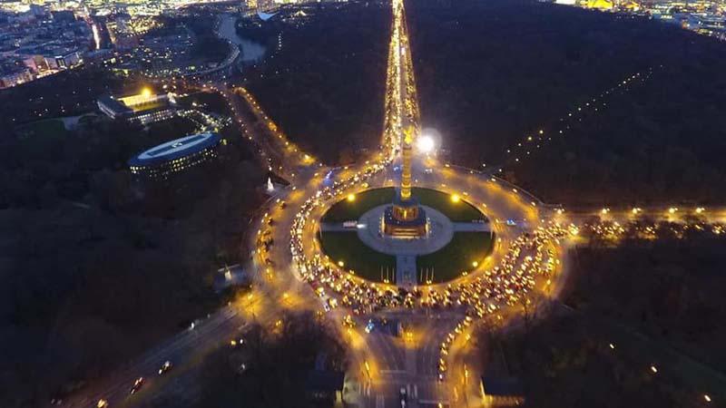 Bei der treckendem in Berlin im November 2019 erleuchtet der große Kreisverkehr leuchtend gelb dich die Lichter der Trecker