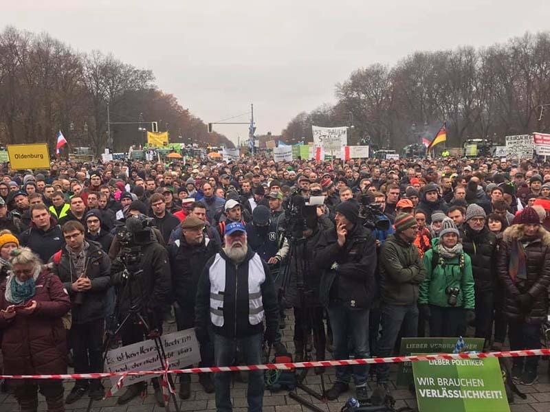 zehntausende Demonstranten in Berlin zwischen Brandenburger Tor und Siegessäule