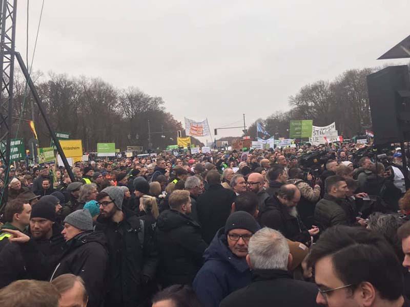 die Demonstranten drängen sich an der Bühne